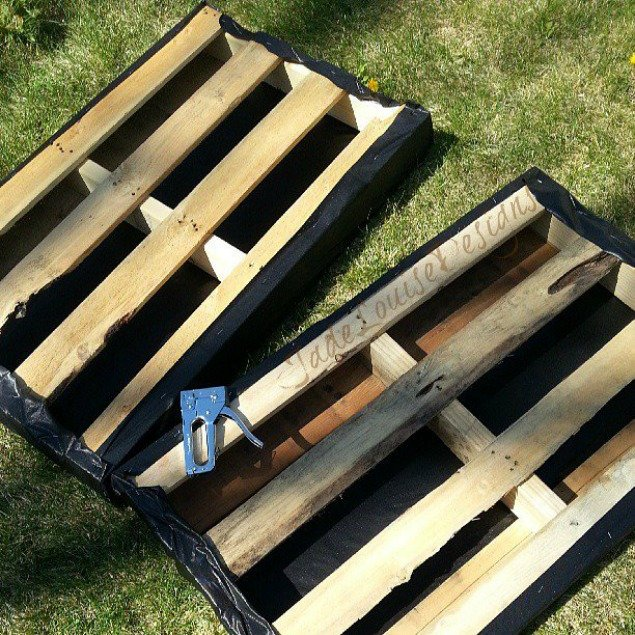 Diy pallet garden how to make raised wood pallet garden bed for Making things with wooden pallets