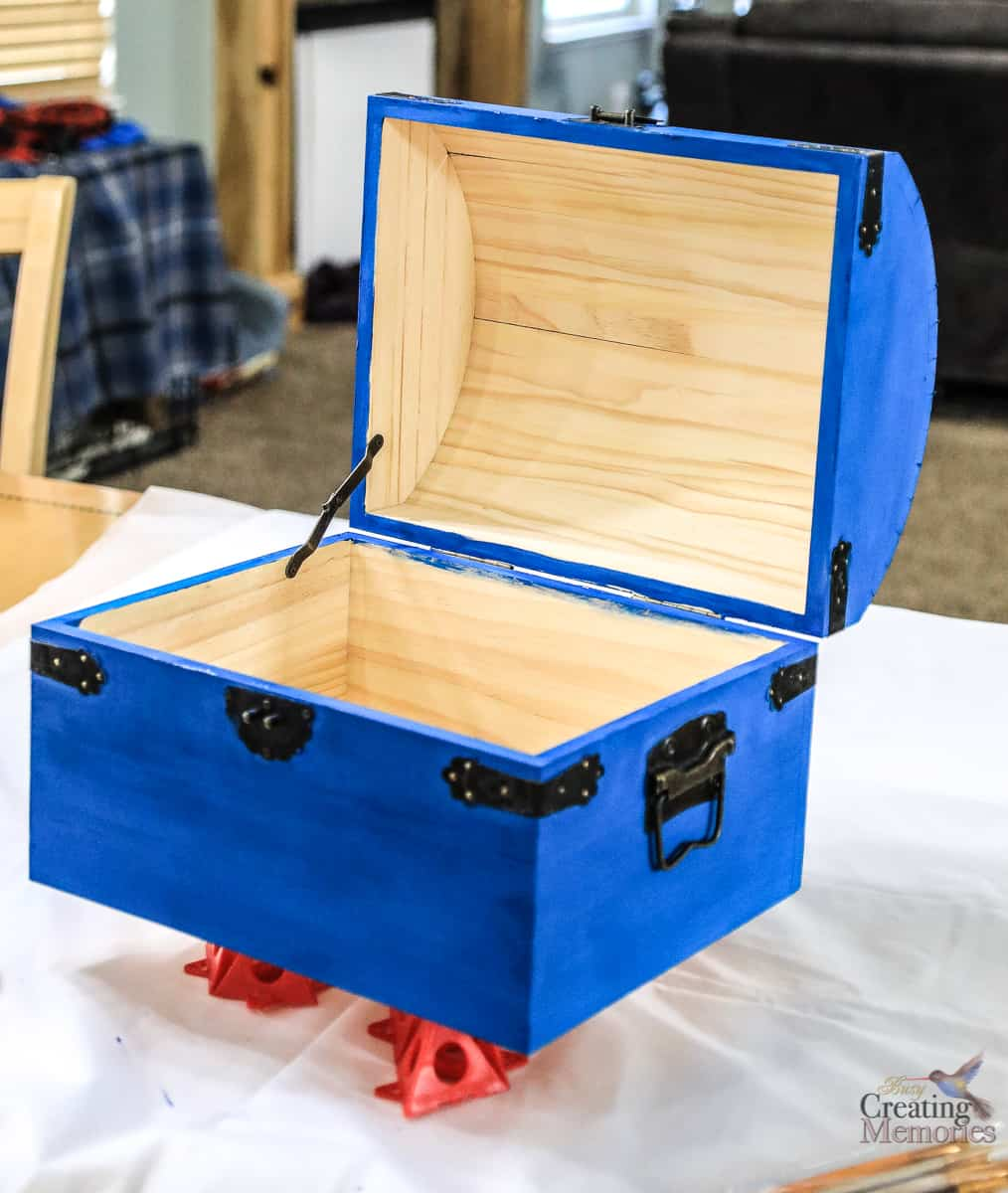 How to make a treasure chest out of a plastic box — pic 1